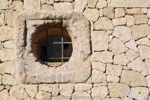 Due antiche bocche di pozzo sono state utilizzate come elemento decorativo della muratura a secco per ottenere un'apertura speculare sui due lati.