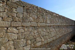 Muro a secco con doppia cordonatura e predisposizione di fori e cavidotti per alloggiamento di corpi illuminati a LED