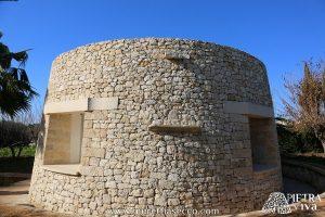Pietra con fori naturali incastonata nel muro e predisposta per alloggiarvi corpi illuminanti
